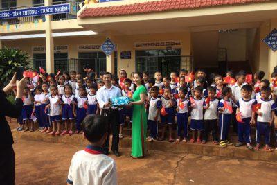 Các cháu mẫu giáo đến tham quan trường Tô Hiệu