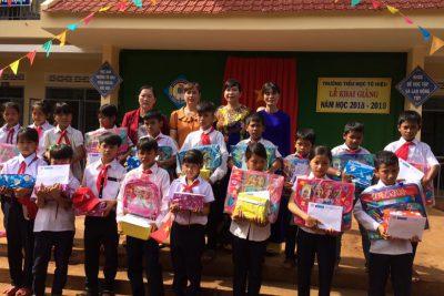 Hội Chữ thập đỏ huyện tặng quà học sinh nghèo